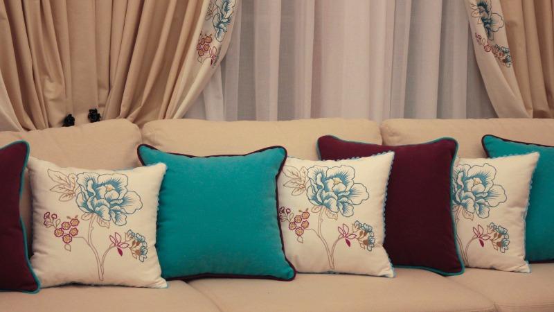 Подушки в интерьере: как декорировать комнату подушками самостоятельно